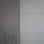 šedý kámen a čistá bílá