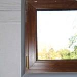 detail obložení okna v koupelně
