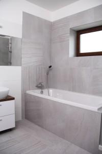 kombinace šedého a bílého obkladu koupelny
