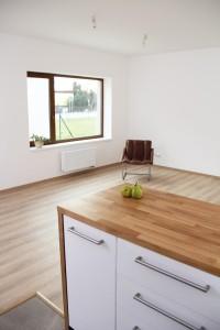 pohled do obýváku z kuchyně